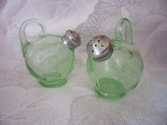 Vintage Green Depression Glass Salt and Pepper Shakers by Cambridge Glass Co., made to fit into Farber Bros. Antique Glassware, Vintage Kitchenware, Vintage Dishes, Vintage Green Glass, Vaseline Glass, Salt And Pepper Set, Art Deco, Carnival Glass, Decoration