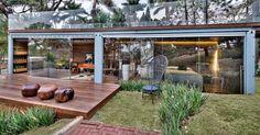 """Casa Cor MG - 2013: A """"Pocket House"""", criada pela arquiteta Cristina Menezes, é estruturada em um container naval de 28,89 m², com fechamentos em vidro que garantem a boa iluminação natural. Em uma das entradas há uma hortinha acomodada em estante (à esq.)"""