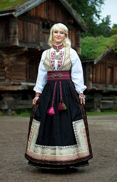 BUNADER - OSLO tredje bunad Beautiful Norway, Viking Culture, Folk Costume, Ethnic Fashion, Historical Clothing, Traditional Dresses, Beautiful People, Clothes For Women, Norwegian Clothing