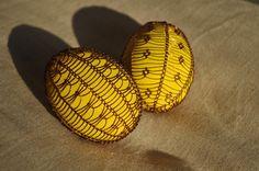 Vajíčka zdobená drátkem - žluté Egg Tree, Egg Decorating, Pavlova, Easter Eggs, Wire, Decorations, Embellishments, Dekoration, Ornaments