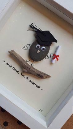 Dieser schrullige Gut gemacht, Sie Diplom Pebble Kunst ist einzigartig, mit Kieselsteinen, die ich persönlich von Devon Stränden gesammelt. Ich haben den Hintergrund selbst entworfen und haben den Text gedruckt, wie abgebildet. Der Stein hat 3d Kulleraugen sicher angebracht, um