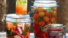 Vyzkoušejte zajímavé recepty na zpracování letní úrody. Nakládání bude velká zábava! Creative Food, Pickles, Cucumber, Mason Jars, Vegetables, Recipes, Mason Jar, Vegetable Recipes