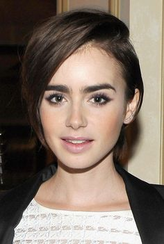 Haircuts to try this weekend: Lily Collins' flipped crop. It's really cool and fashionable. Hair Styles 2016, Medium Hair Styles, Short Hair Styles, Oval Face Haircuts, New Haircuts, Celebrity Haircuts, Lilly Collins Short Hair, Winter Hairstyles, Cool Hairstyles