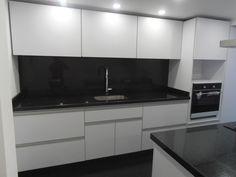 Cocina integral diseño blanca y negro