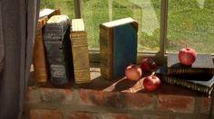 Romaner och tegel. Finns det en koppling där? Jo, tegelstensromaner. De där stora tunga böckerna som välter ens medvetande eller varför inte bokhyllan. Nu kan du, utan att författa ett endaste kapitel, göra din egen bok. Plocka fram några gamla tegelstenar och du är i gång.