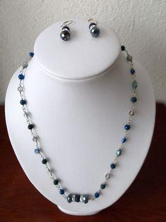 Collar corto en color azul con detalle plateado..