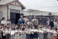 1954년 당시 대구 컬러사진 120장 공개 `화제` - 매일신문 Old Pictures, Old Photos, Vintage Photos, Korean People, New View, Korean War, Past, Religion, Culture