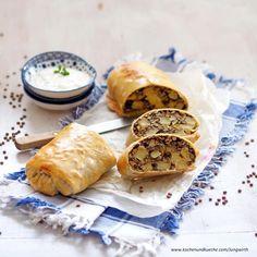 Linsen-Erdäpfel-Strudel mit feinem Kräuterdip Strudel, Tacos, Veggies, Ethnic Recipes, Food, Grains, Lentils, Noodles, Oven