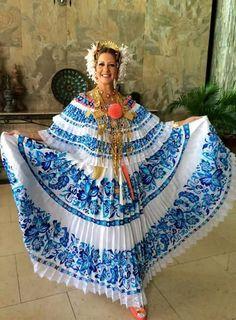 Bella y elegante nuestra Primera Dama Lorena Castillo de Varela. .. PANAMÁ Beauty Women, Sari, Bella, Clothes, Fashion, Best Suits, First Ladies, Ethnic Dress, Luxury