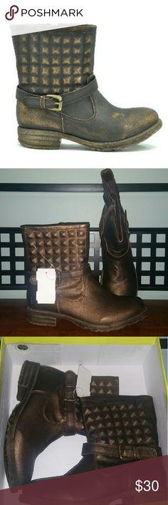 🚨Sale🚨Very volatile los angeles ankle boots This ankle boots are from Very volatile los angeles.. color is  Phantom  Bronze  Size 6.5 .. nwt very volatile los angeles  Shoes Ankle Boots & Booties