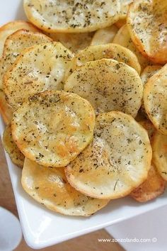 Chips di patate al forno super light senza grassi - Baked potato chips recipe I Love Food, Good Food, Yummy Food, Vegetarian Recipes, Cooking Recipes, Healthy Recipes, Cena Light, Food Humor, Light Recipes