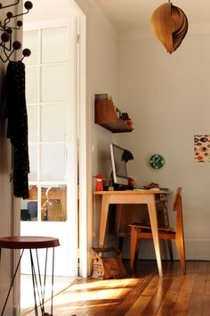 les éditions Piqpoq, vintage desk, vitra hang it all, hans agne jacobssen lamp