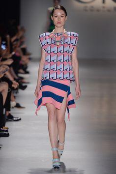 Blusa estampada rosa e azul claro de trico e saia listrada rosa e azul de trico no desfile da GIG Couture no São Paulo Fashion Week.  SPFW | VERÃO 2016 Fotos:Agência Fotosite
