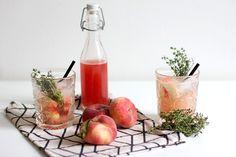 Pfirsich und Thymian passen hervorragend zusammen. Aus diesem Grund haben wir dieses Mal ein Rezept für einen leckeren Pfirsich-Thymian-Sirup für euch!