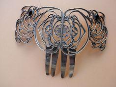 Joyeria etnica      Antigua Peineta tradicional andaluza  de plata de ley y oro en los marcos de las gemas de Azabache.    Esta pieza artesanal procede de la orfebreria Cordobesa de finales del 1800.    La peineta mide 13 cm. de alta y 19 cm. de ancha.    Pesa 114 gr.