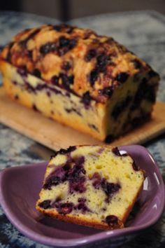 ヨーグルトとブルーベリーがマッチした、ヘルシーなケーキ。ブルーベリー好きにはたまりません。