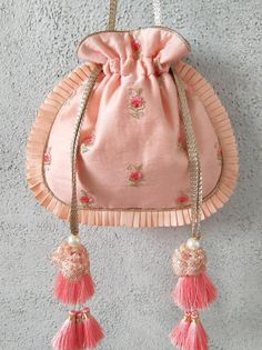 Peach and coral pleated potli Indian Wedding Gifts, Potli Bags, Diy Bags Purses, Embroidery Bags, Diy Handbag, Bag Patterns To Sew, Fabric Bags, Handmade Bags, Clutch Bag
