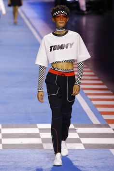 The complete Tommy Hilfiger Spring 2018 Ready-to-Wear fashion show now on Vogue Runway. Couture Mode, Couture Fashion, Runway Fashion, Milan Fashion, Sport Fashion, High Fashion, Fashion Outfits, Teen Outfits, Fashion 2017