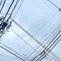 [Alexandros]2016/9/27 東京には空がない、といいますが。確かにそうだな、と思うけど「見てやる」と思う心があれば電信柱もビルも気にならなくなるんじゃないかな。くっせーため息クソッタレ。そんなこんなで今日も朝までになってしもた。歌ったなー。はやくツアーで歌いたい。世に出てる物はわりと空気に溶け込む曲が多いけどアルバムの曲は、、おぞましい事になっております。 本当に同じバンドなのか、と言わせてやる。昔からそうだけど今回は異常。方向性とかそんなもんファック無い。クソ食らえ。あと少し。ひとまず寝るわ。おやすみ。