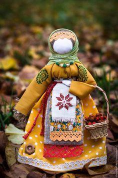 Купить или заказать Кукла-оберег 'Берегиня осенняя' в интернет-магазине на Ярмарке Мастеров. Берегиня наполнит дом красками осени, согреет его и привнесёт уют. *** Кукла – оберег «Берегиня дома» занимает среди всех народных кукол особое место благодаря своему назначению. Она охраняет дом, призывает добрых и светлых духов для того, чтобы защищать жилище хозяина от тёмных сил, различных наветов, дурного глаза. Такая кукла раньше была в каждом доме, славяне приписывали ей большую силу.
