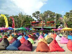 la plancha plage restaurant bali amenagee avec des pouf colore, maxi coussins, poufs geants, bean bags, plage de sable beach poufs remplis de bille de polystyrene