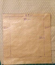 Essa bolsa de tecido foi confeccionada com tecidos de algodão nas cores bege com estampa de florzinha e na cor caqui com estampa de bolinha. Ela contém dois bolsos laterais com botões, um bolso na …