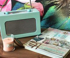 Un transistor revu au goût du jour, une jolie bougie parfumée WoodWick à la fleur de gingembre et à la violette 🌸 On est bien! (📷 @zarasandellinreder) ・・・ #skönahem #woodwick #clasohlson #estridssonsaffär #pastel #magazine #vertdeau #transistor #musique #magazine #retro #vintage #ancien #retrovintage #deco #decoration #homedecor #tendance #objettendance #design #designinspiration