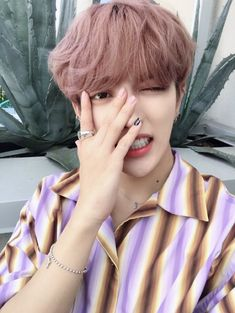 Read Kim HongJoong from the story Imagines ATEEZ by (Sunflower 🌻🌈) with 688 reads. ~ Você e HongJoong gostavam um do outro e to. Young K, Woo Young, Yg Entertainment, Astro Mj, Meme Photo, You Are My Friend, Jung Yunho, Kim Hongjoong, Shall We Date