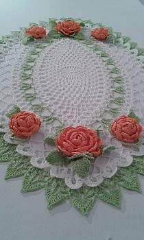 This Pin was discovered by Om Crochet Table Mat, Crochet Table Runner Pattern, Free Crochet Doily Patterns, Crochet Tablecloth, Crochet Designs, Crochet Patron, Irish Crochet, Crochet Dollies, Crochet Flowers