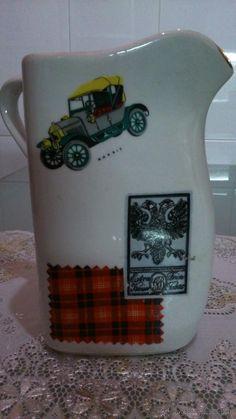 Jarra de porcelana con inscrustraciones de sellos, coches antiguos, telas, etiquetas.