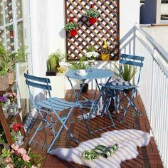 Garten, Terrasse, Balkon- Ideen zum Selbermachen und Verschönern Cozy, small balcony with elements of red, blue and . Small Outdoor Patios, Outdoor Balcony, Outdoor Decor, Balcony Ideas, Patio Ideas, Balcony Gardening, Ikea Outdoor, Terrace Garden, Small Patio