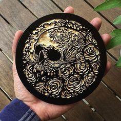 Peça única em relevo (preto e dourado)  13,5 cm de diâmetro  #woodcut #printmaking #woodcut #woodcutprint #xilo #xilogravura #arte #art #relief #relevo