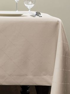 Dress your table elegantly. A lovely lattice-pattern is woven into our easy-care jacquard napkins and tablecloths, which will grace your table with the drape of pure linen.