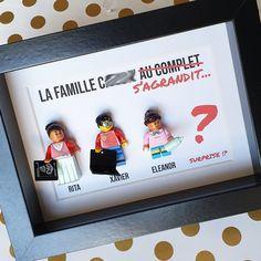 Un grand évènement s'apprête à arriver dans cette famille et tous les membres patientent, les yeux rivés vers le futur nouveau membre ! Vous remarquerez que sa grande sœur a même déjà préparé le biberon pour son futur petit frère ou sa future petite sœur ! :D Personnaliser en ligne les figurines Lego de votre cadre, n'oubliez pas l'accessoire échographie Lego dans votre cadre ! #grossesse #famille #naissance #bebe #echographie #LesPortraitsdeFelie Point D'interrogation, Figurine Lego, Baby Arrival, Baby Bottle, Future, Pets, Birth, Eyes