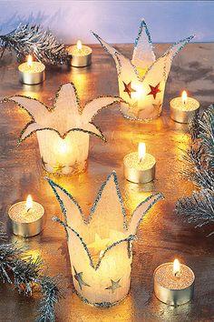 Holen Sie sich mit diesem Windlicht Weihnachten ins Haus. Das Windlicht ist eine stimmungsvolle Weihnachts-Deko für den Tisch oder für die Fensterbank. Und so geht's.  © Christophorus Verlag                                                                                                                                                     Mehr