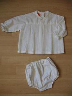 Roomwit merk terlanka klassiek babysetje van jurkje met broekje, maat 62. Met kanten biesje op de pofmouwtjes en het bovenstukje, 3 knoopjes aan de achterkant.