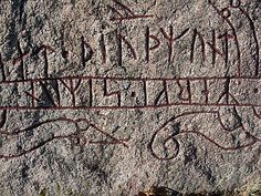 Rune stone Younger Futhark, Viking Designs, Rune Stones, Sculpture, Nordic Design, Gravure, Rock Art, Pirates, Cave