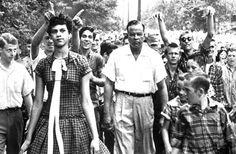 4 de Septiembre de 1957 – Carolina del Norte, USA. El primer día que Dorothy Counts acudía a la Harry Harding High School. Dorothy fue una de las primeras estudiantes negras admitidas en la escuela en Estados Unidos. No pudo soportar el acoso al que fue sometida por sus compañeros de clase y tuvo que abandonar el colegio cuatro días después.