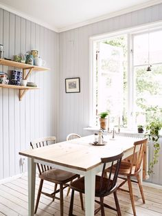 细腿椅子OK!Vicky's Home: Un pequeño apartamento nórdico de mts / Small Nordic Apartment mts Wooden Panelling, Wooden Walls, Sweet Home, Appartement Design, Kitchen Dinning, Wooden Kitchen, Living Spaces, Living Room, Dining Room Design