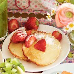 Kwarkpannenkoekjes met aardbeien: 1 citroen 125 g halfvolle Franse kwark 125 g zelfrijzend bakmeel 1 ei 200 ml halfvolle melk 8 g vanillesuiker (zakje) 1 zonnebloemolie 250 g aardbeien 1 poedersuiker