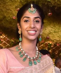 Mallika Reddy in an emerald pearl polki necklace paired with matching earrings and maang tikka. Beaded Jewelry Designs, Gold Jewellery Design, Bead Jewellery, Necklace Designs, Amrapali Jewellery, Hyderabadi Jewelry, Emerald Jewelry, Pearl Jewelry, Bridal Jewelry