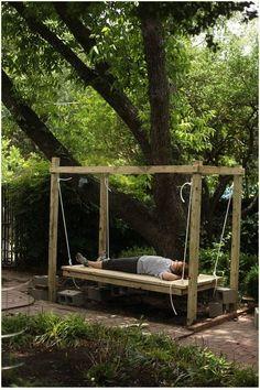 Bett aus Paletten im Garten für richtige Erholung