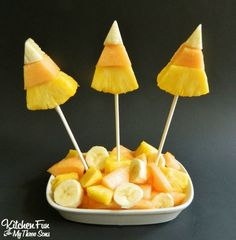 Candy Corn Fruit Pops from Kitchen Fun with my 3 Sons . A healthy take on classic candy corn. These adorable fresh fruit skewers are made from fruit slices and lollipop sticks. Halloween Party Snacks, Halloween Desserts, Bonbon Halloween, Halloween Fruit, Healthy Halloween Treats, Fete Halloween, Snacks Für Party, Healthy Candy, Holiday Treats