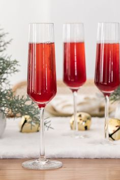 Tis the season for the best Christmas cocktails! From the best eggnog to the most beautiful cranberry thyme gin and tonic. We're sharing the absolute best cocktail recipes to make your holiday brighter! #ChristmasCocktails #Cocktails #HolidayDrinks #HolidayCocktail #CocktailRecipes #Christmascocktailseasy Christmas Brunch Menu, Best Christmas Cocktails, Christmas Entertaining, Christmas Desserts, Christmas Recipes, Holiday Parties, Christmas Tree Napkin Fold, Christmas Tea, Christmas Decor