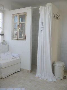moois en liefs: Mooi wit wonen badkamer douche brocante met doucheraam