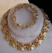Fancy Jewellery, Gold Jewellery Design, Stylish Jewelry, Indian Wedding Jewelry, Bridal Jewelry, Leaf Jewelry, Gold Jewelry, Gold Ring Designs, Gold Earrings Designs