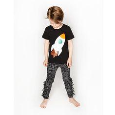 Fyll på lekplaggen i garderoben med denna Rocket Applique To The Moon Tee i Svart, designad av danska märket Bang Bang Copenhagen. – Färgglad raketapp