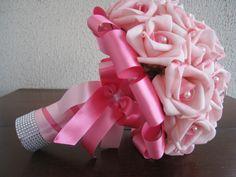 Lindo Buquê produzido com rosas super delicadas de e.v.a. em Rosa, pétalas fininhas como uma pétala de rosa natural, aparência e textura super próximas às rosas naturais! <br> <br>Detalhes do Buquê: <br>*Aproximadamente 36 rosas. <br>* Renda na base do buquê; <br>* Fitas de cetim envolvendo a haste, mesclando entre lilás e roxo; <br>* Laço duplo de cetim lilás e roxo, super delicado. <br>* Strass no cabo. <br>* Meia - Pérola em todas as Flores. <br>* Pontos de Luz de Pérolas Flor Espalhados…