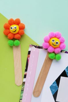 These popsicle stick crafts for kids are fun and easy! A perfect craft for a rainy day or a good ways to use those left over popsicle sticks. Popsicle Stick Crafts For Kids, Craft Stick Crafts, Preschool Crafts, Popsicle Sticks, Craft Sticks, Kids Crafts, Resin Crafts, Cardboard Crafts, Summer Crafts For Toddlers