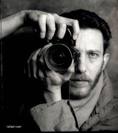 Javier Bauluz. Periodista gráfico asturiano y primer español que ha recibido un Premio Pulitzer. Es fundador y director de Periodismo Humano, un medio de comunicación digital con enfoque de derechos humanos que fundó en marzo de 2010. Bauluz recibió el Pulitzer de Periodismo en 1995 junto a sus compañeros de Associated Press por su trabajo fotoperiodístico en Ruanda.